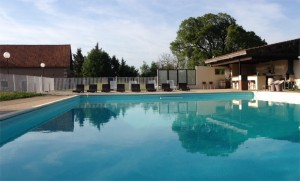 chambres-hotes-gramat-location-vacances-vue-piscine